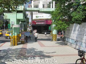 中山國小駅1番出口前交差点