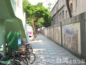 中山國小駅前の交差点を右折