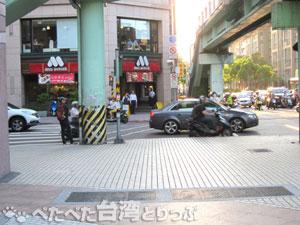 中山國小駅2番出口前交差点