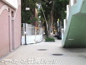 中山國小駅前交差点を左折