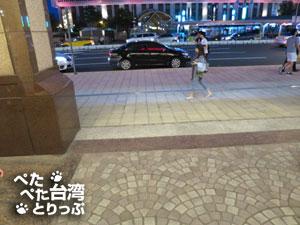 台北駅「M6番」出口を出ます