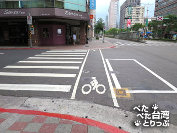 交差点を渡ってから左へ