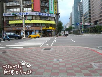 大きな交差点を左へ