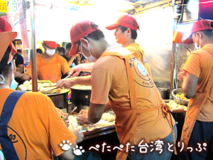 大上海生煎包はオレンジのエプロンが目印