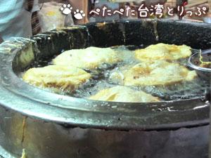 郭家の葱油餅(調理中)
