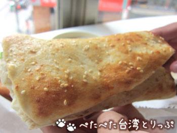 阜杭豆漿の厚餅夾蛋(ホウビン ジャーダン)