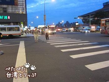 シーザーパークホテル台北 M8出口からの横断歩道
