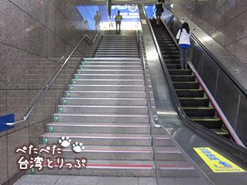 台北駅 M4出口の下りは階段のみ、上りはエスカレータ