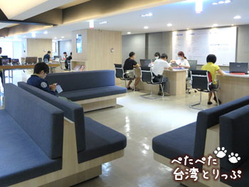 ASUSサービスセンターのソファ