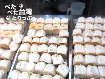 シーザーパーク裏の焼き小籠包店「老蔡水煎包」の焼き小籠包(店頭)