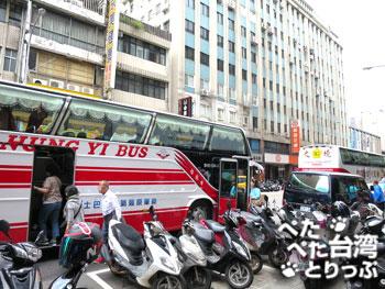 金品茶樓前の観光バス