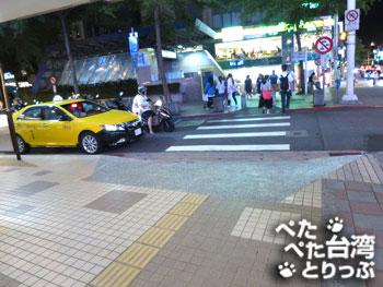 新光三越台北南西店二館の角を左へ
