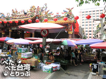 台北市文昌宮の横の道を直進