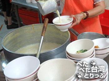 豆漿注ぎ中