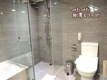 グリーンワールドホテル忠孝・洛碁大飯店忠孝館のシャワールームとトイレ