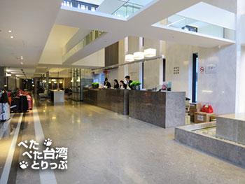 ホテル ミッドタウン リチャードソン台北のチェックイン用フロント