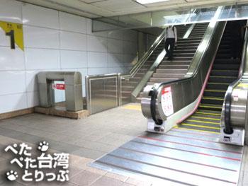 MRT雙連駅の出口1を出たら右へ