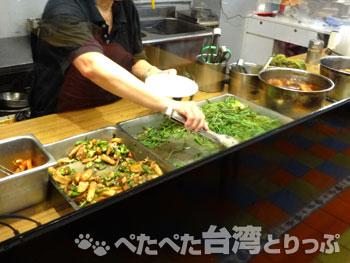 華王排骨の「華王排骨飯」調理中