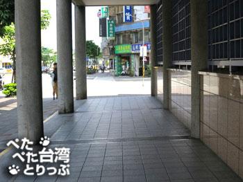 出口3の建物に沿って直進