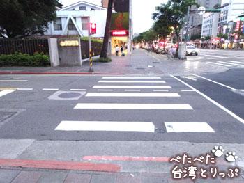 交差店を渡って左へ