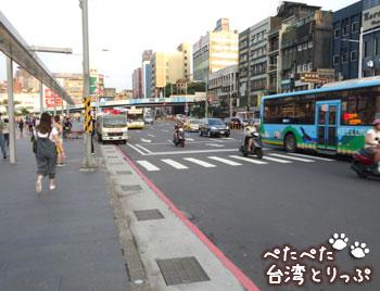 基隆駅バスターミナルの横断歩道(基隆駅のバスターミナルから基隆廟口夜市への行き方)