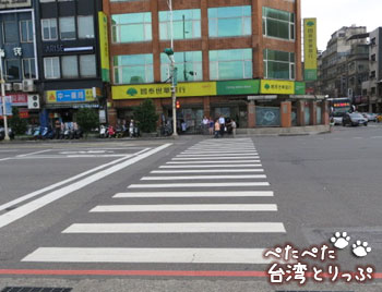 基隆駅バスターミナルの横断歩道を渡ります(基隆駅のバスターミナルから基隆廟口夜市への行き方)