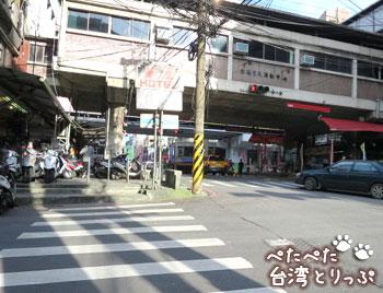 前方に空中廊下と道路の高架(基隆駅のバスターミナルから基隆廟口夜市への行き方)