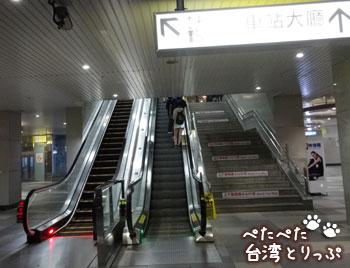 エスカレーターか階段で上階へ(基隆廟口夜市から基隆駅への行き方)