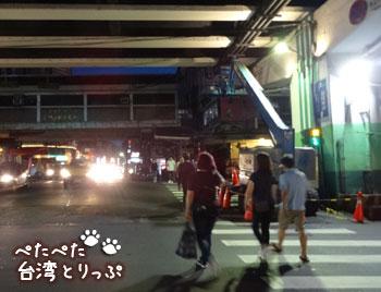 高架下を通って直進(基隆廟口夜市から基隆駅への行き方)