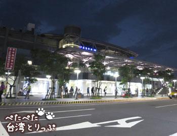 左手前方に基隆駅(基隆廟口夜市から基隆駅への行き方)