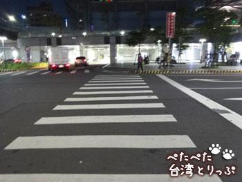 信号の無い横断歩道を駅方向へ(基隆廟口夜市から基隆駅への行き方)
