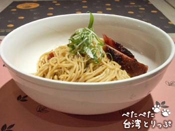 金品茶語の紅糟豬肉黑糖麻油麵(側面)