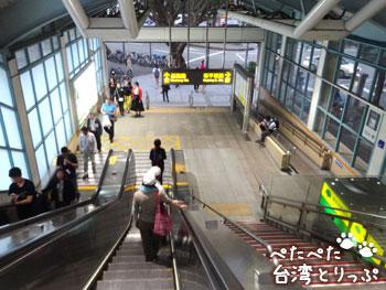 MRT「六張犁」駅出口へ(MRT「六張犁」駅から明月湯包へ)