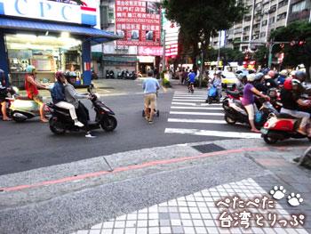 明月湯包の本店を過ぎたら横断歩道を左へ(MRT「六張犁」駅から明月湯包へ)