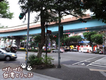 外に出ると複雑な交差点(MRT「六張犁」駅から明月湯包へ)