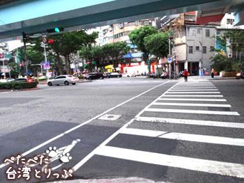 文湖線の高架下の横断歩道を横断(MRT「六張犁」駅から明月湯包へ)