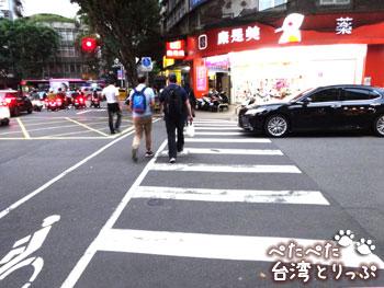 高架下の横断歩道を渡ったら左へ(MRT「六張犁」駅から明月湯包へ)