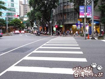 少し直進したら、また横断歩道(MRT「六張犁」駅から明月湯包へ)