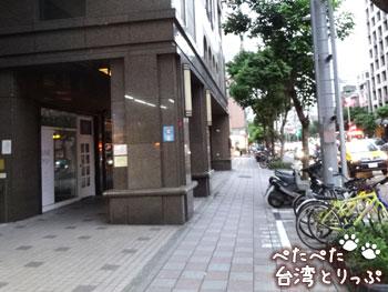 ここから暫く直進(MRT「六張犁」駅から明月湯包へ)