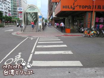 目の前の横断歩道を渡って直進