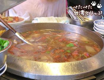 基隆廟口夜市 圳記紅燒鰻羹の紅燒鰻羹(うなぎ唐揚げスープ)調理中