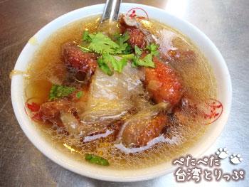 基隆廟口夜市 圳記紅燒鰻羹の紅燒鰻羹(うなぎ唐揚げスープ)