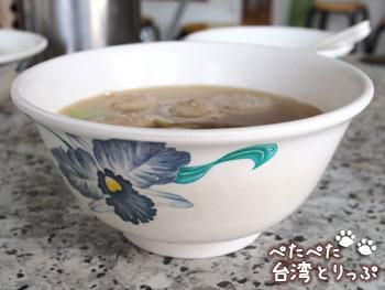 阿萬油飯の貢丸湯(肉団子スープ)側面