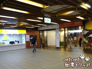 インフォメーションセンターの前を右へ(福州元祖胡椒餅へ)