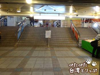 地下街の入口に入ると目の前に階段(福州元祖胡椒餅へ)