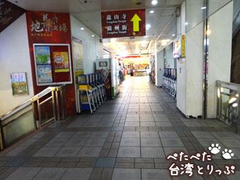 階段を登り切ったら左へ(福州元祖胡椒餅へ)