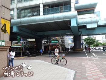 大安駅の「出口4」を出たら左へ