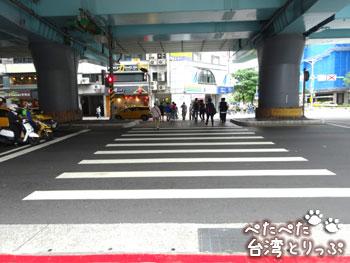MRT文湖線 高架下の横断歩道
