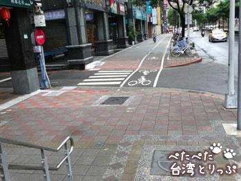 東門駅の「出口4」を出た景色(永康牛肉麺へ)