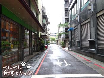 細い道路を直進(永康牛肉麺へ)